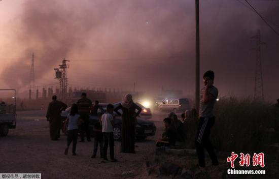 当地时间2019年10月9日,土耳其军队向叙利亚哈塞克省北部地区发起军事行动,造成当地基础设施损毁,大量民众出逃。