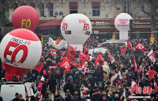 资料图:3月22日,法国国营铁路公司工会组织在巴黎举行游行。中新社记者 龙剑武 摄