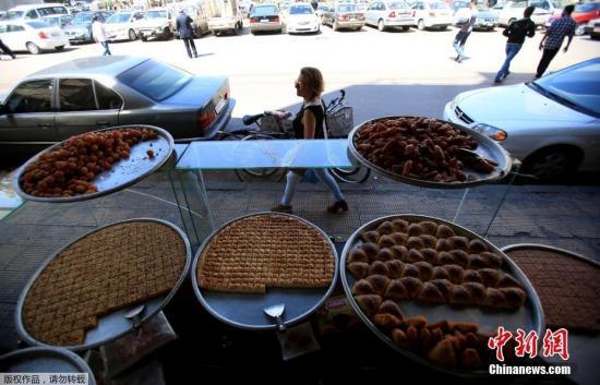 当地时间4月16日,大马士革街头的食品店正常营业。据悉,在美国发动军事打击前,国际禁化武组织(OPSW)调查专家已获得叙利亚签证,准备着手对疑似化武袭击事件展开调查。然而,调查还没推进,美国就下令动武了。