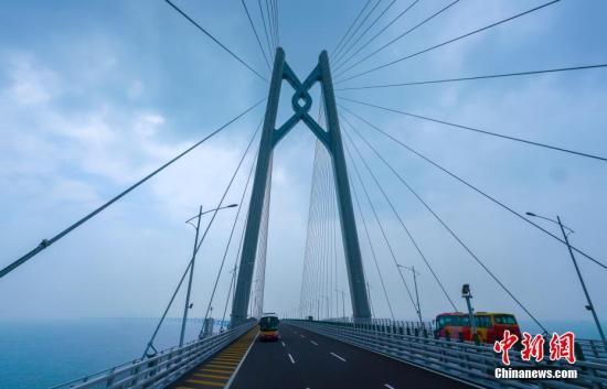 10月24日,大巴车经过港珠澳大桥青州航道桥附近。当天,全长55公里的港珠澳大桥正式通车。中新社记者 张炜 摄