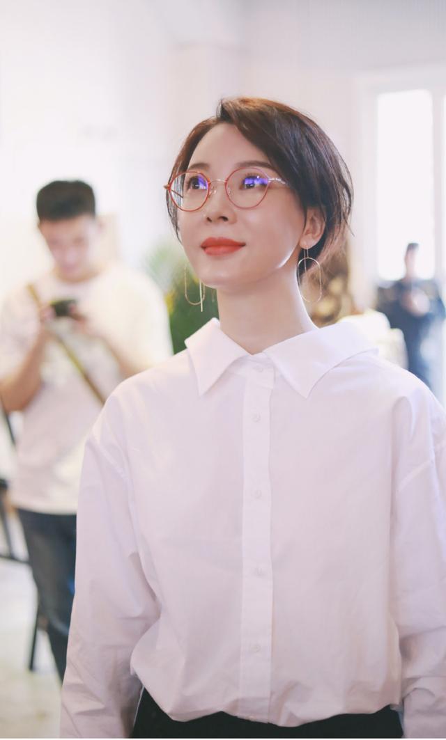 陈数把白衬衫穿出了新高度,找低马尾超时髦,红色眼镜俏皮又减龄