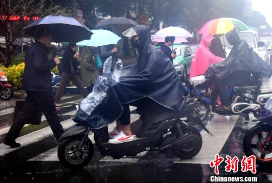 江南华南等地有中到大雨 局部地区伴有雷暴大风