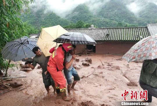 云南景谷县突发泥石流 消防救援被困民众15人