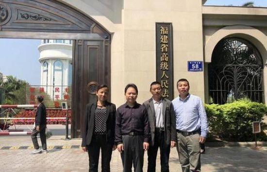 胡国继(左1)和徐昕律师(左2)在法院前合影