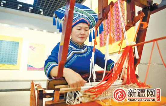 广西织绣文化巡展走进乌鲁木齐市