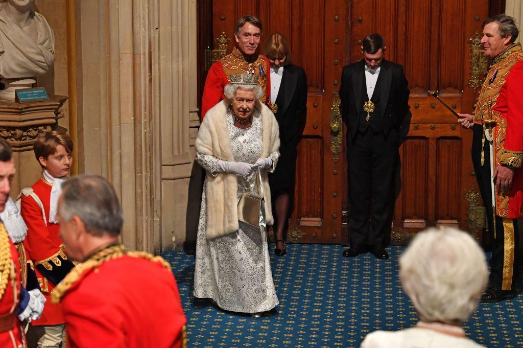 英国女王正在议会颁发演讲 图源:CNN