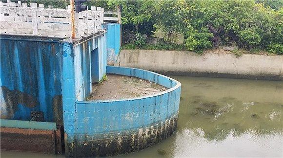距离拦水坝大约三十米的船闸。翟星理