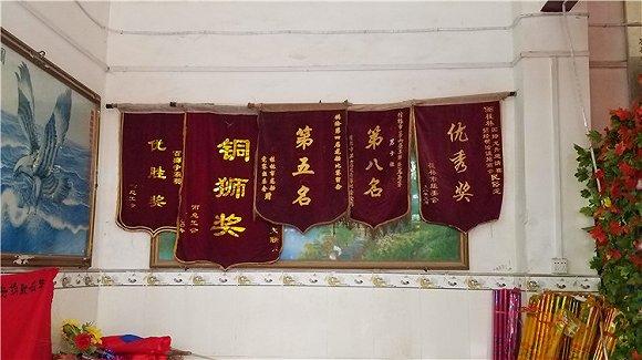 敦睦村祖庙内陈列着村龙舟队曾经获得的荣誉。摄影:翟星理