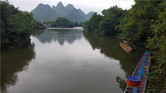 拦水坝内外水位有落差,敦睦村的赛艇从低处往高处逆流划行,两次尝试冲坝。摄影:翟星理