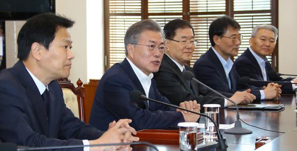 当地时间2018年3月21日上午,,韩国首尔,在青瓦台,韩国总统文在寅(左二)主持召开韩朝首脑会谈筹备委员会第二次会议。 视觉中国 图