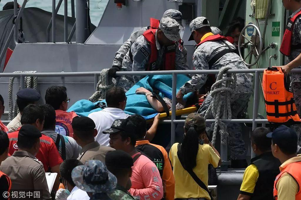 ▲当地时间2018年7月6日,泰国普吉岛,救援人员运送获救乘客。图源/视觉中国