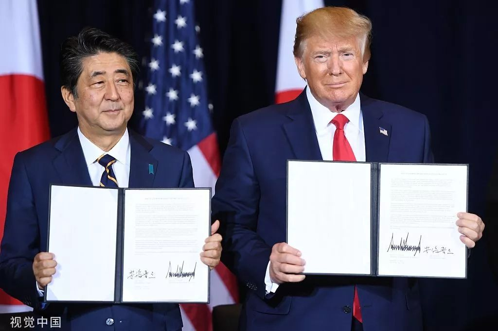 本地工夫25日,好国总统特朗普战日本辅弼安倍晋三正在纽约结合国年夜会时期签订开端商业和谈。图源:视觉中国
