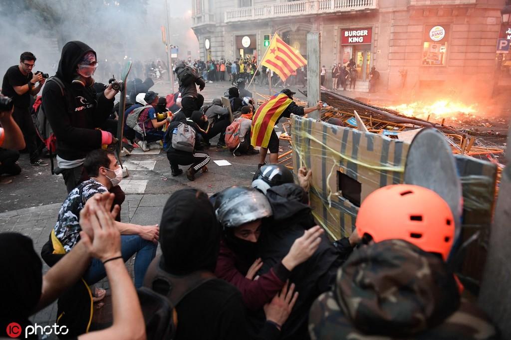 加泰罗尼亚示威第5天:筑街垒、警民混战,准军事部队将下场