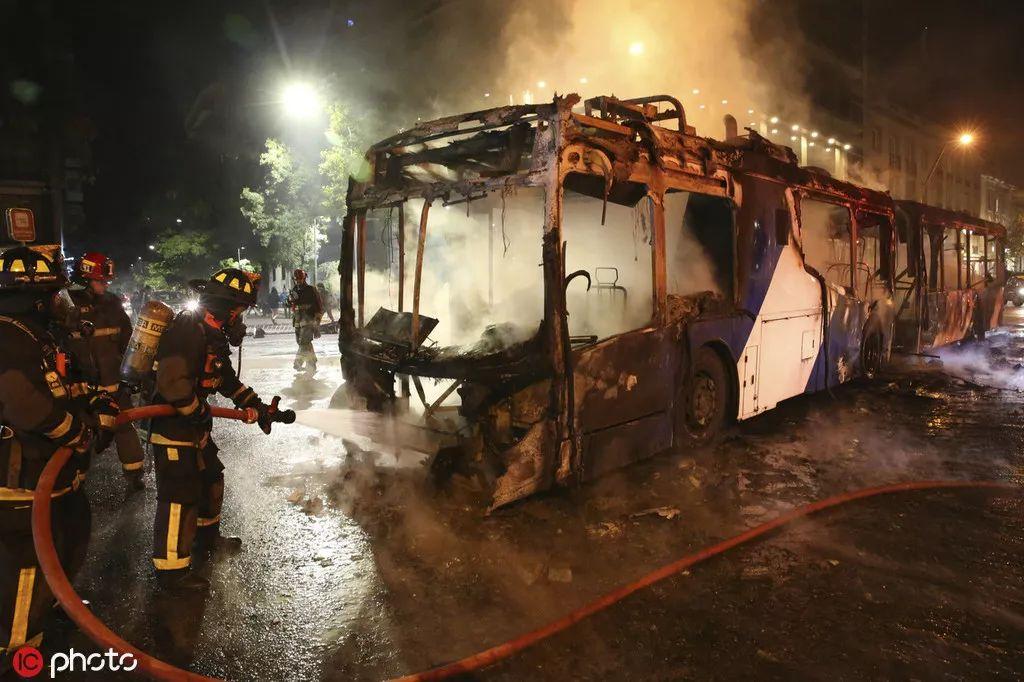 陌头被销毁的公交车 @IC Photo
