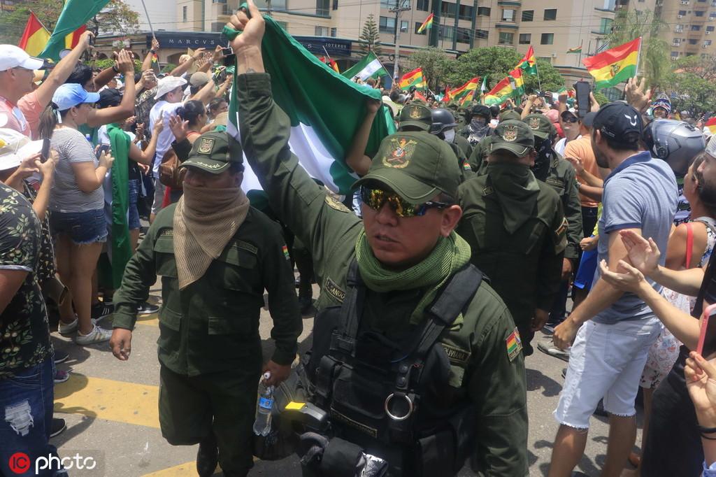 玻利维亚多地警察加入反政府示威 总统府也失守|玻利维亚
