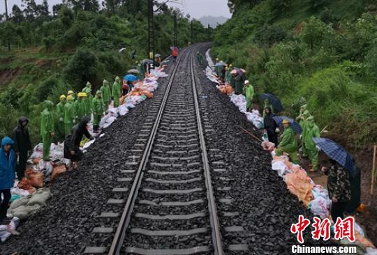 暴雨导致成昆铁路出现险情,抢险人员正在现场排险。 刘忠俊 摄