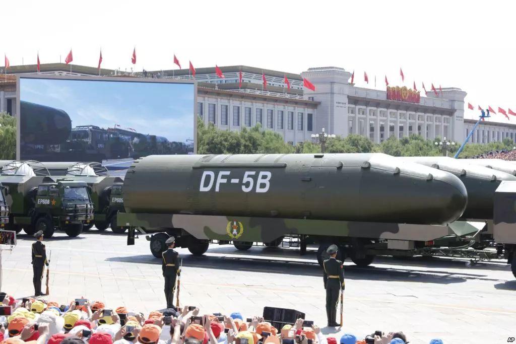 ▲中国在2015年9月3日阅兵式上展示的东风-5B洲际弹道导弹