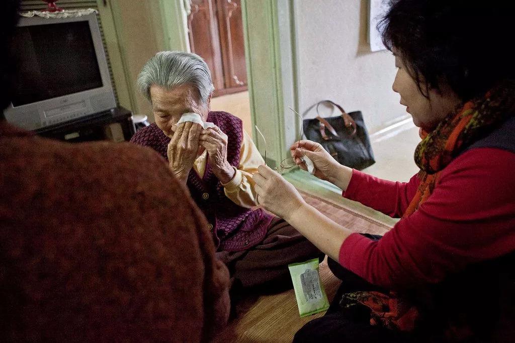 义工正在宽慰89岁的独居老人