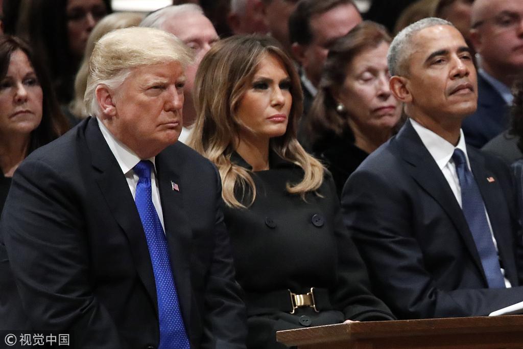 """▲當地時間2018年12月5日,美國前總統老布什的國葬儀式在華盛頓國家大教堂舉行,川普就任以來與奧巴馬首次""""搭話""""。圖/視覺中國"""