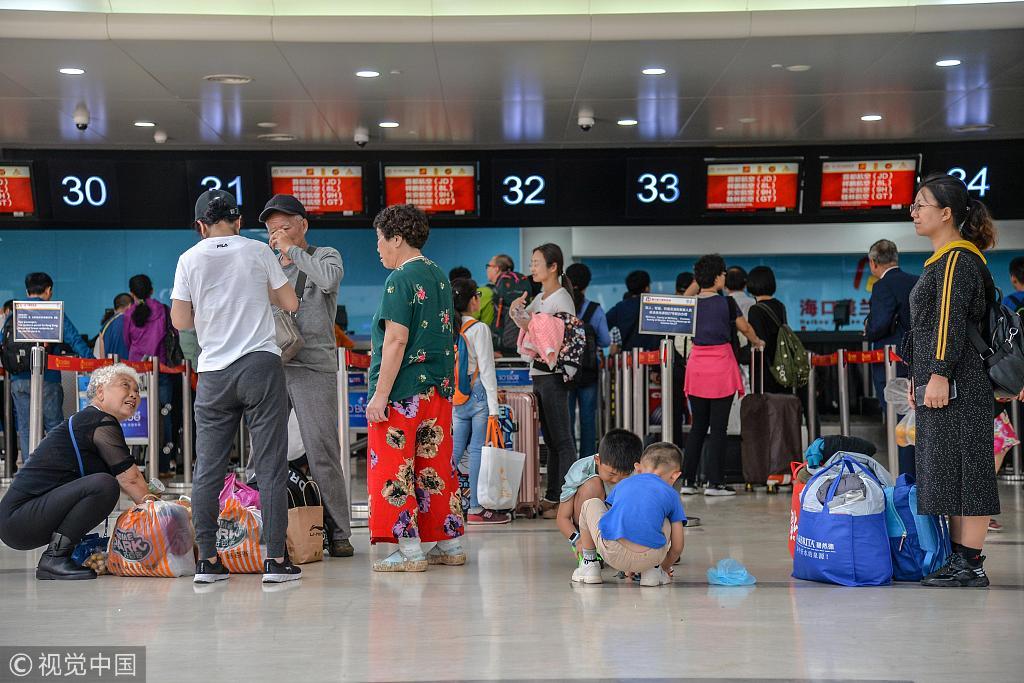 春节假期结束,海口美兰国际机场客流量迎来旅客进出港高峰。图片来源/视觉中国