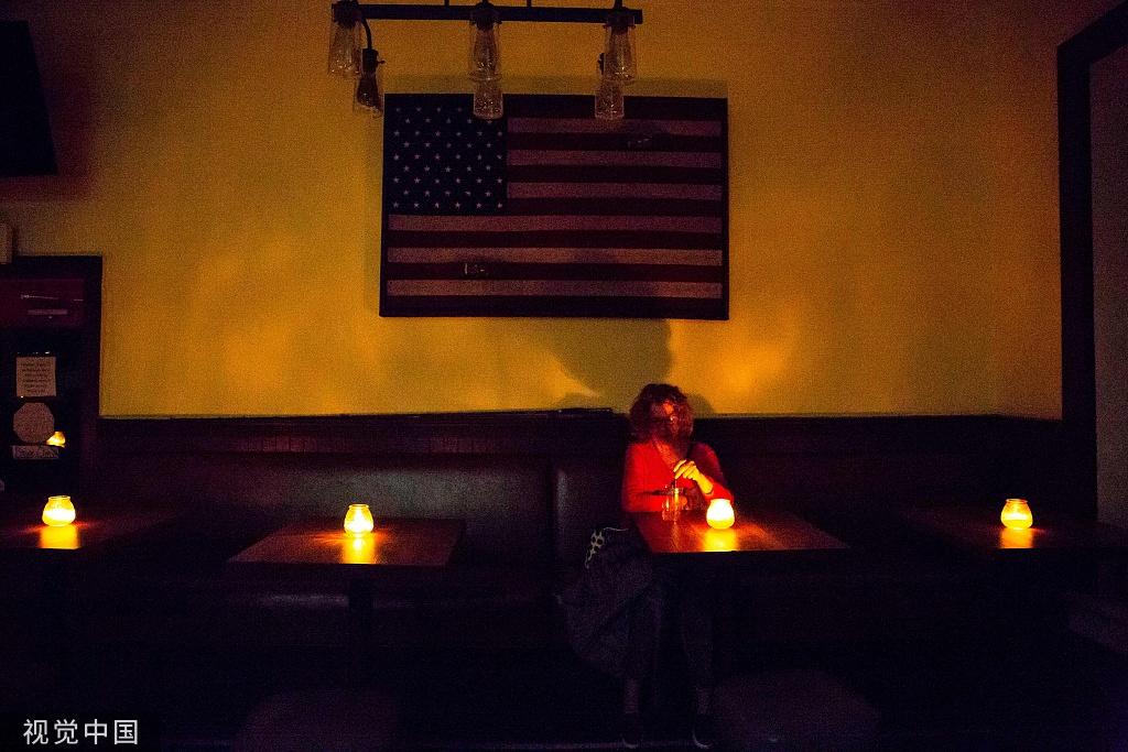 10月9日,加州索諾瑪,一家停電的酒吧亮起蠟燭 圖自視覺中國