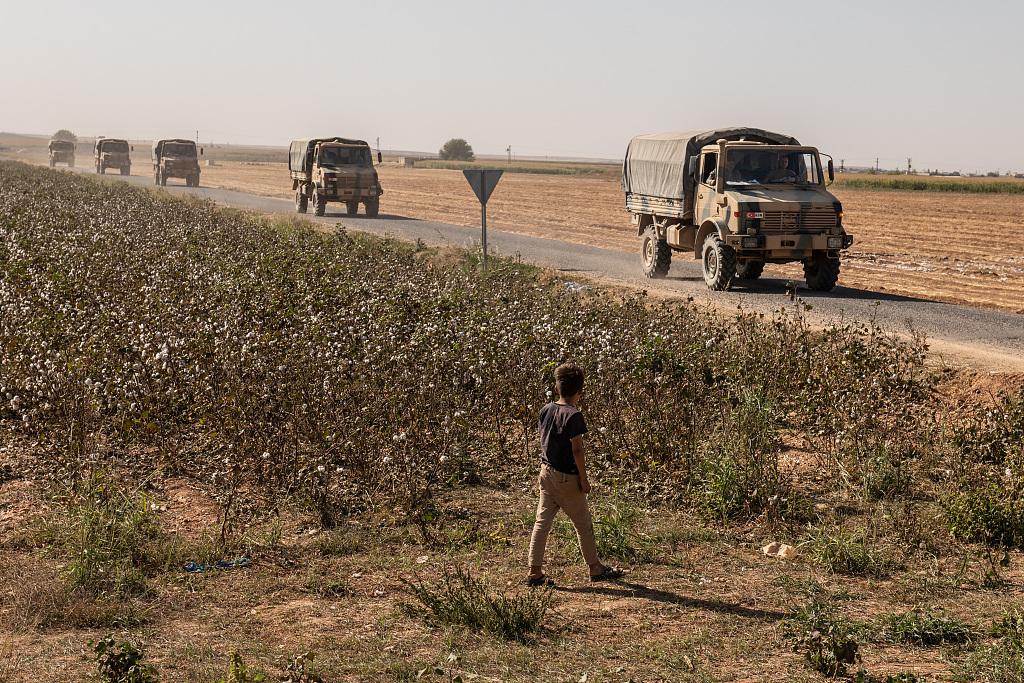 土耳其军用车辆载着坦克驶背土耳其取道利亚疆域 @视觉中国