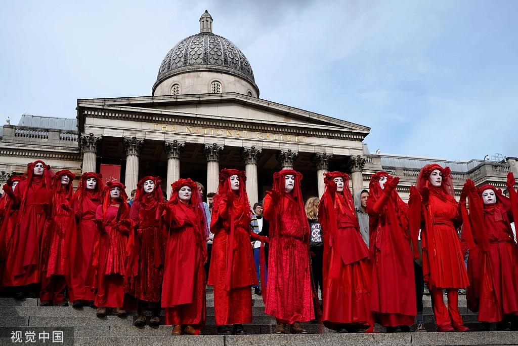 抗议者正在英国国度好术馆台阶上请愿(图源:视觉中国)