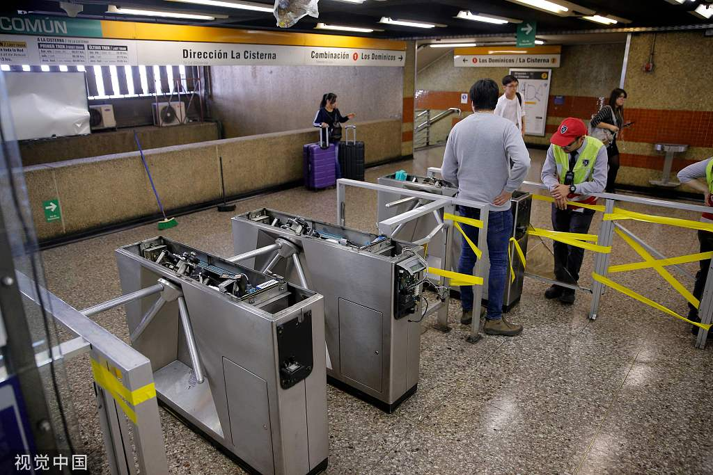 暴力请愿中被毁坏的天铁闸机验票心 @视觉中国