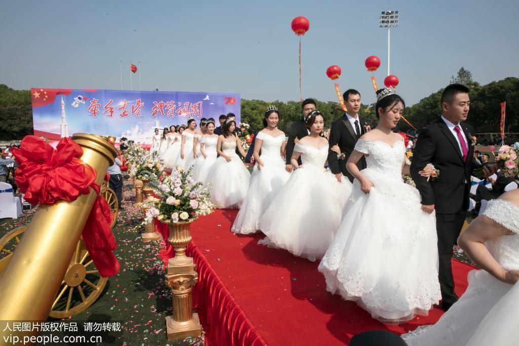 远望号船队工作者举行集体婚礼 24对航天伉俪喜结良缘