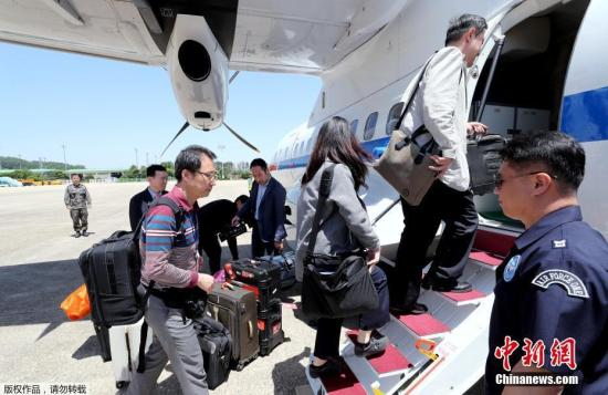 韓國記者團於北京時間23日11點半從首爾城南機場乘坐政府專機出發,奔赴朝鮮元山。