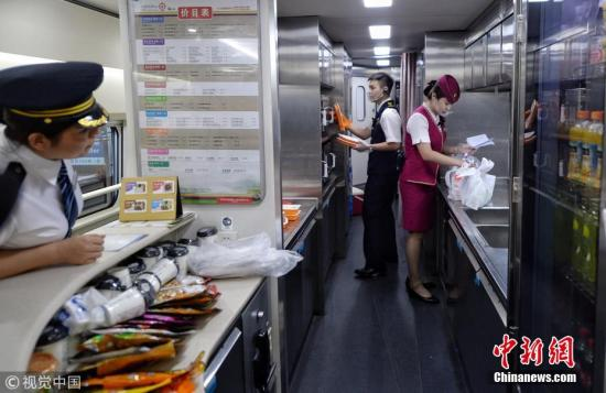 资料图:去年7月17日,铁路部门推出了动车组列车互联网订餐服务。 图片来源:视觉中国
