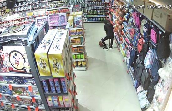 10月20日,永州市零陵区萍洲路建都超市,谢女士正给篮球打气。视频截图