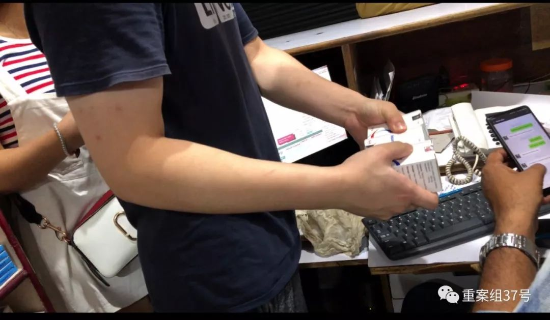 ▲7月16日,李阳拿出三盒仿制药和当地药商议价。整个购药过程,药商没有要求李阳者提供处方。新京报记者 游天燚 摄