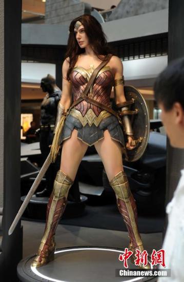 资料图:神奇女侠模型。中新社记者 谭达明 摄