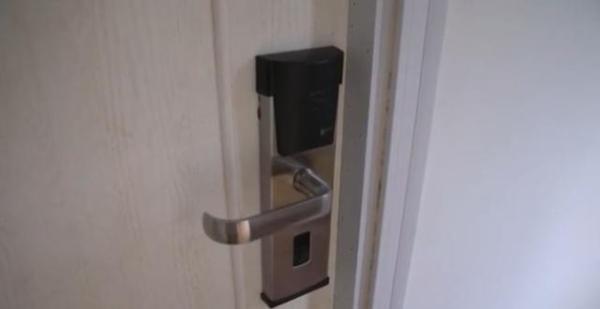 广西某酒店的房门半夜突然开了,熟睡房客被吓一跳,竟是…