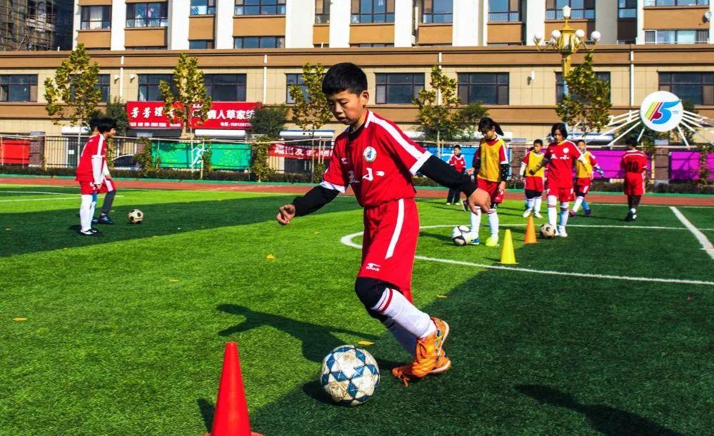 2018年11月22日,河北省枣强县第五小学的学生在进行带球训练。新华社记者李晓果摄
