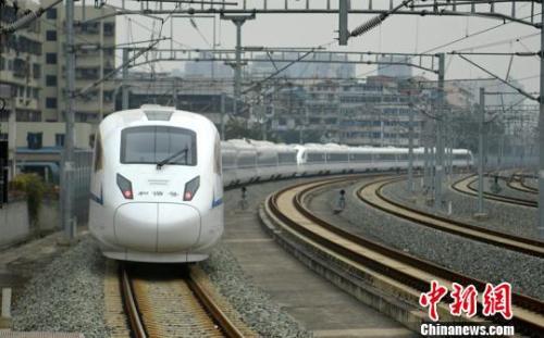 一列西成高铁动车组列车驶离站台。 刘忠俊 摄