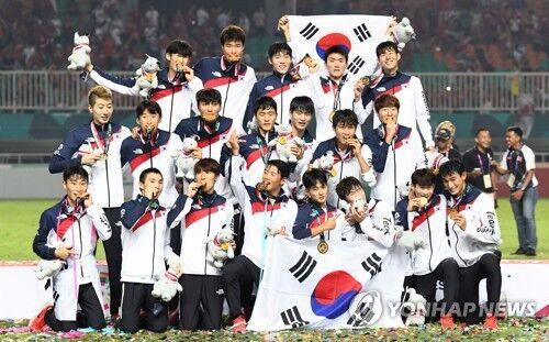当地时间9月1日,韩国队在雅加达亚运会男足决赛中2比1战胜日本队摘金。(图片来源:韩联社)