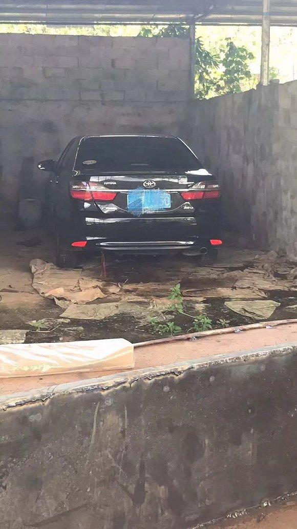 广西边境山区,一辆被骗的车被藏在养牛厂。