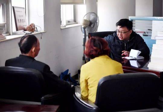 袁武、金梅夫妇向本报记者讲述事情经过