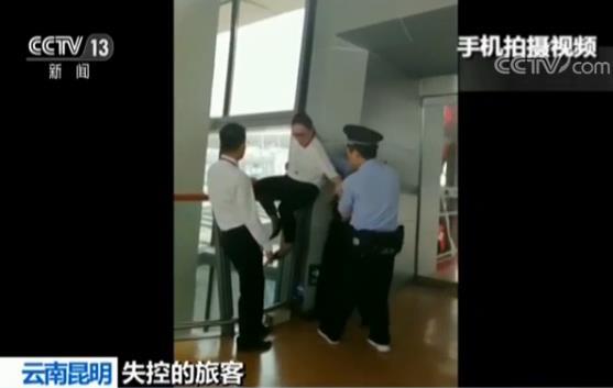 两旅客误机闹机场 云南昆明机场旅客闹事被抓