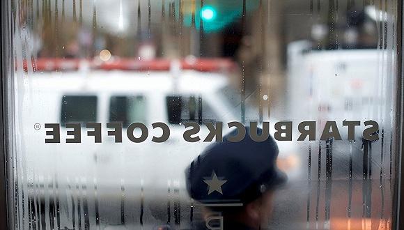 美国黑人青年详述在星巴克被捕经过 警察局长道歉星巴克警察被捕