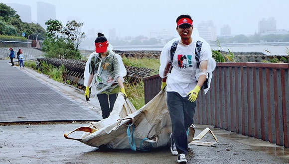 世界清洁日:台风天上海近500名志愿者捡拾垃圾约1吨