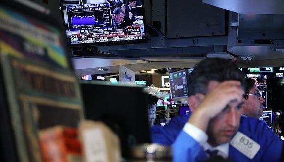 【天下头条】美股收跌终结三周连涨势头 美国旅游大巴车祸多名中国公民伤亡