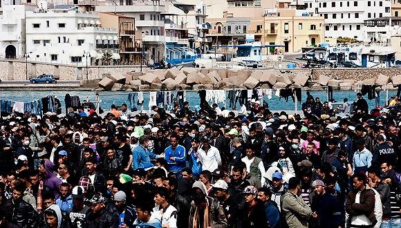 意大利港口区域聚集了大量来自北非的非法移民。图片来源:Alessandra Benedetti