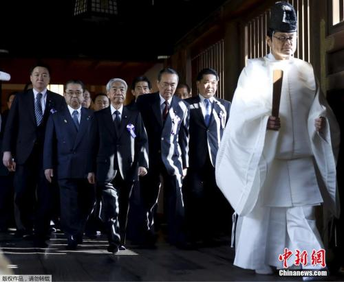 资料图:当地时间2018-07-24,日本靖国神社春季大祭第二日,当天早上,一批日本议员抵达靖国神社进行参拜。