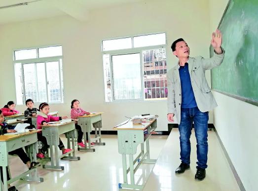 代课教师甘为大山园丁七旬老人自掏腰包修路