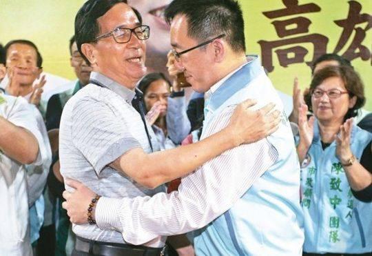 陈水扁替陈致中站台,两人在台上拥抱。(图片来源:台湾《联合报》)