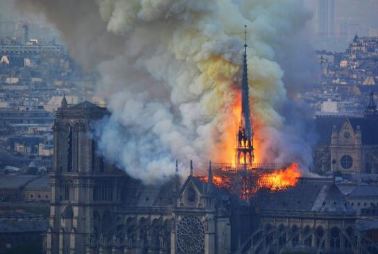 巴黎地标性建筑——巴黎圣母院起火。(图源:英国《镜报》)
