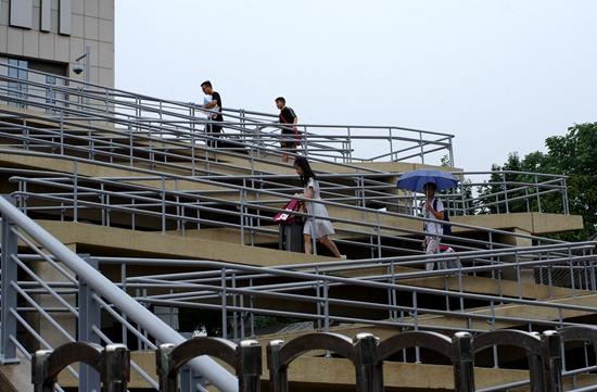 """8月30日,北京,120岁的北大在清晨秋雨中迎来了首批00后""""萌新""""。视觉中国供图"""